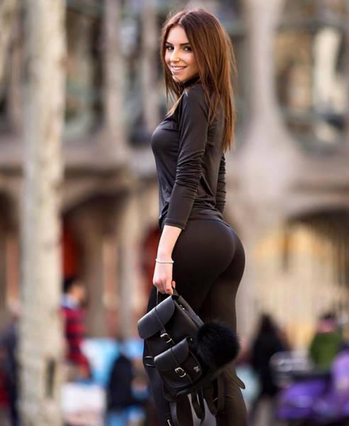 Красивые девушки в полоборота