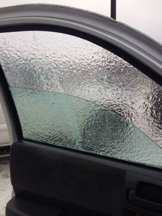 Замерзшие автомобили как произведения искусства