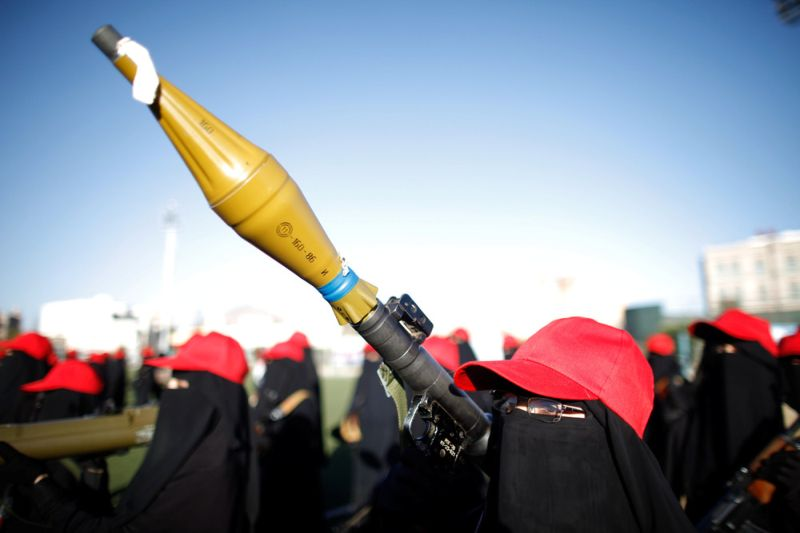 Вооруженные женщины-хуситы на параде в Йемене
