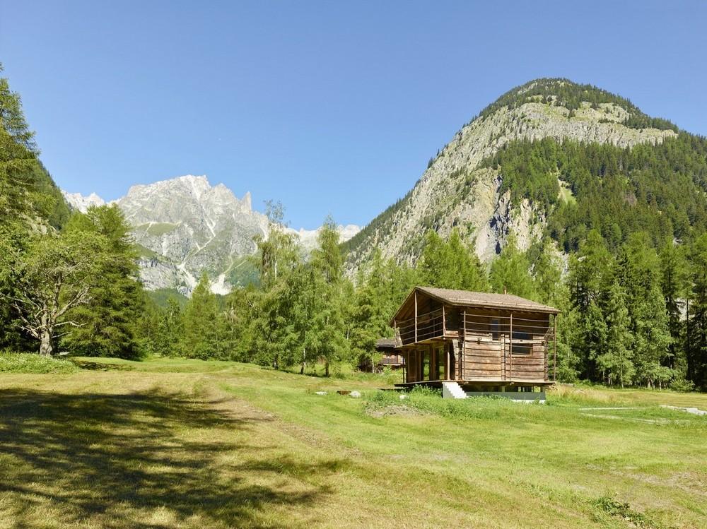 Дом внутри старого амбара в Швейцарских Альпах