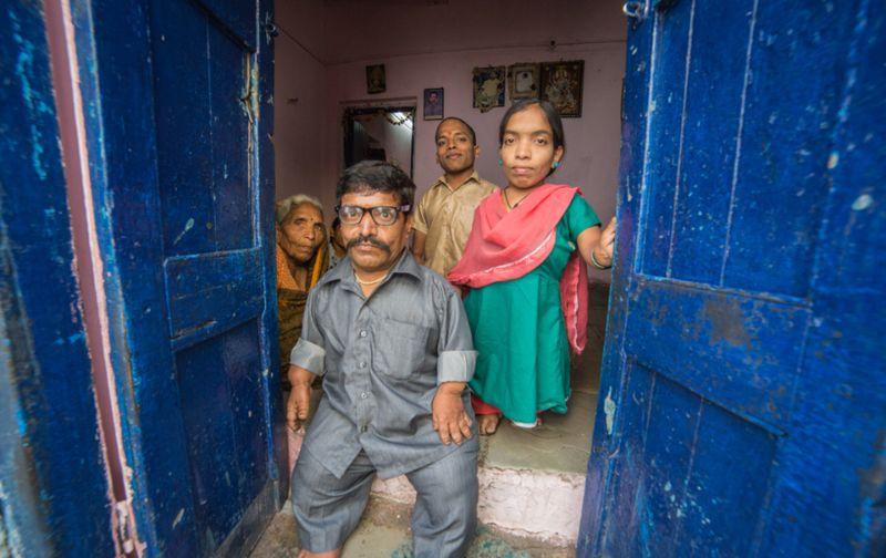 Индийская семья с девятью карликами