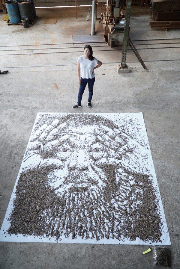 Художница создала портрет из 20 000 семечек