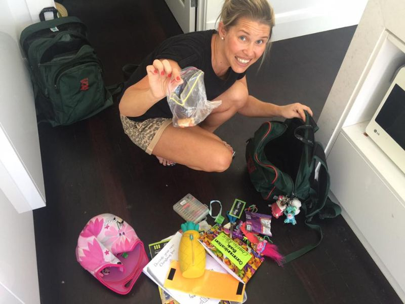 Родители хвастаются едой, забытой их детишками в школьных рюкзаках