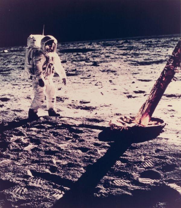 NASA продает редкие фото из космоса и с Луны