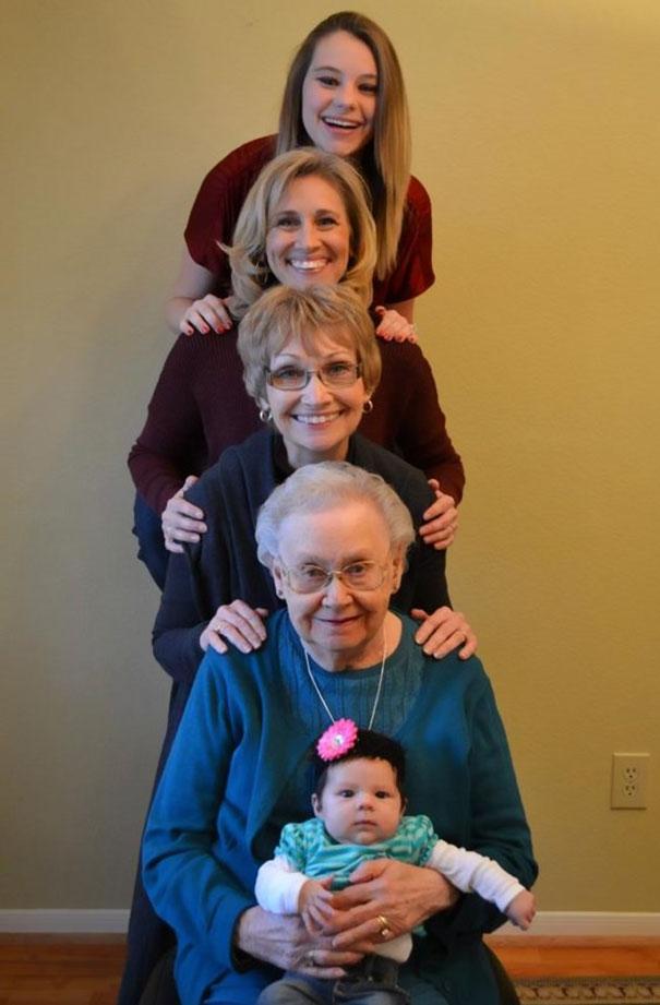 Несколько поколений семей на одной фотографии