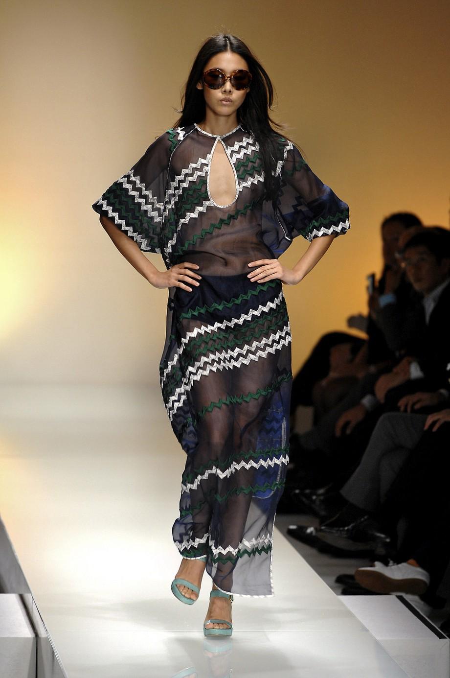 Прозрачная мода: грудь моделей на подиуме