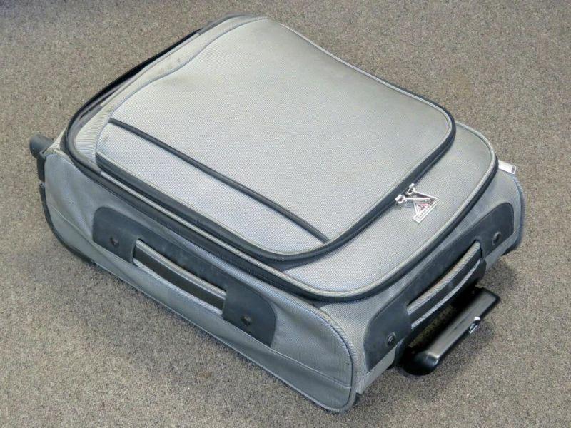 Пенсионерка получила в наследство очень тяжелую дорожную сумку