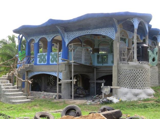 Дом из мусора экономит воду и электроэнергию