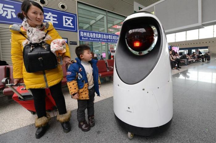 Первый робот-патрульный на китайском вокзале
