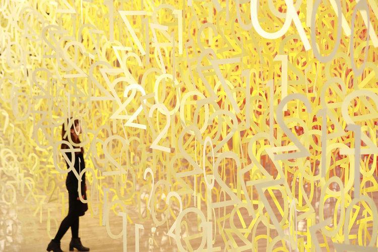 Разноцветная бумажная матрица в токийском Национальном центре искусств