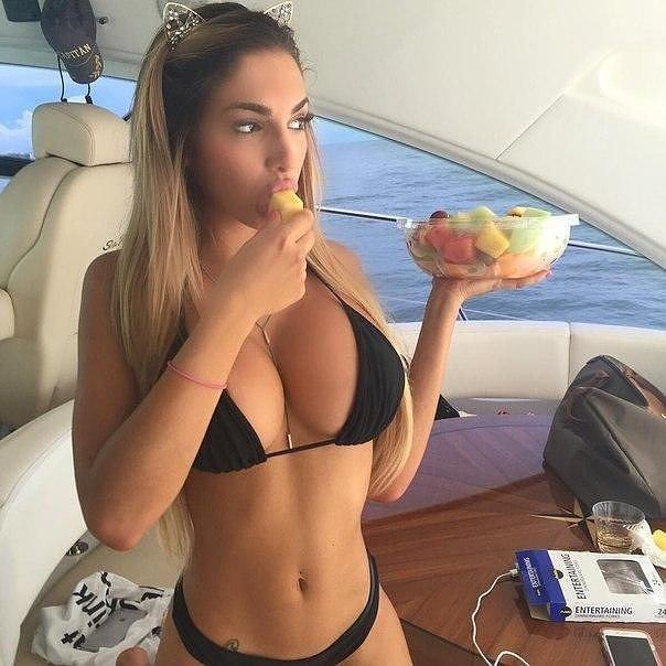 Красивые девушки и еда