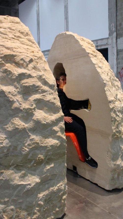 Французского художника замуровали в 12-тонном камне