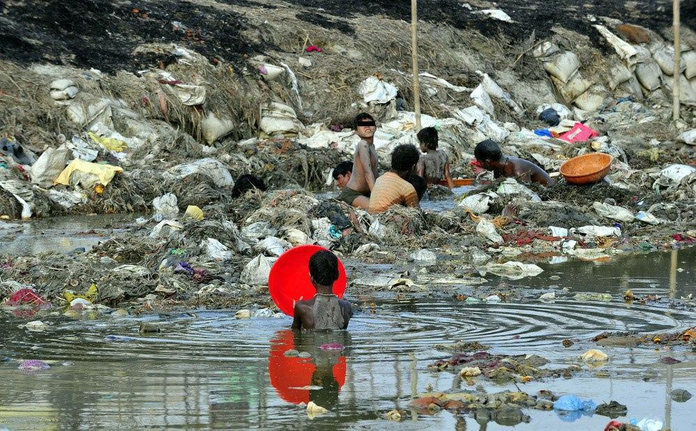 Индийцы в поисках украшений и монет в жиже Ганга