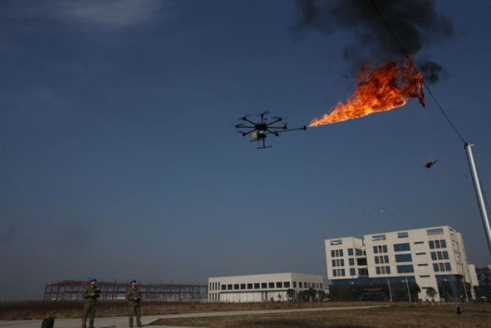Дроны с огнеметам для уничтожения мусора на ЛЭП в Китае