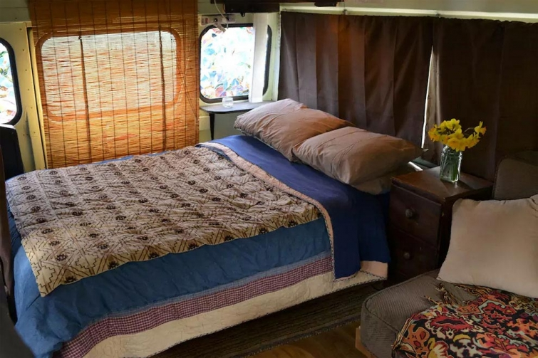 Уютный дом на колесах из школьного автобуса