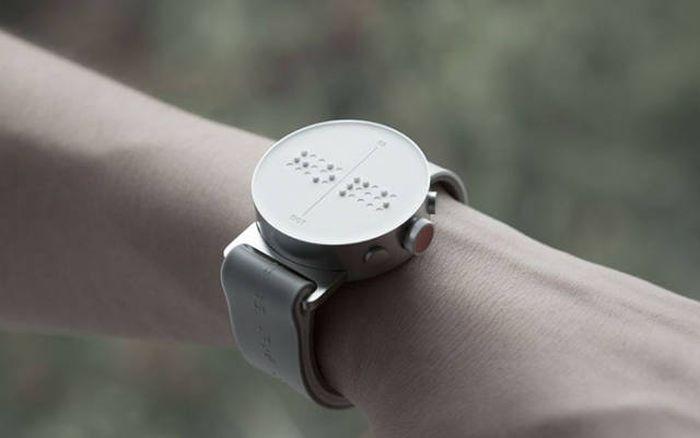 Часы для незрячих людей со шрифтом Брайля