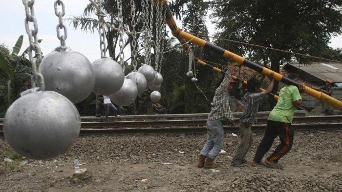 Борьба с безбилетниками в Индонезии