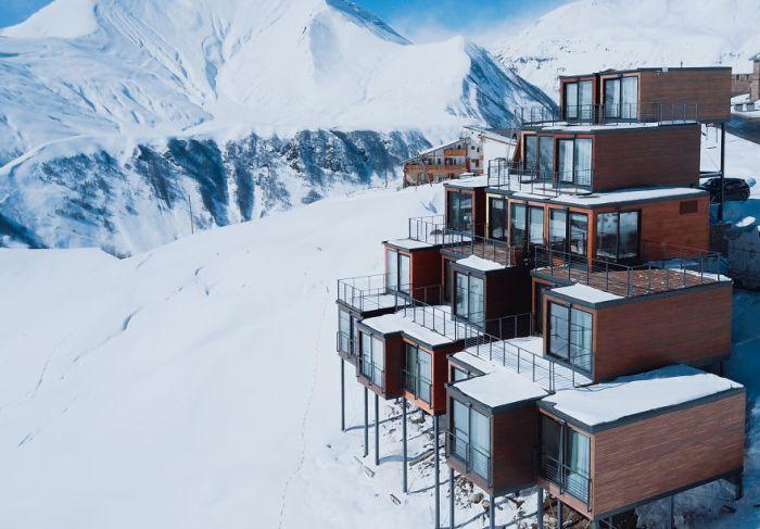 Отель из грузовых контейнеров на горнолыжном курорте