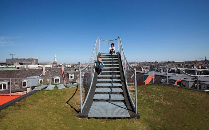Детская площадка на крыше дома