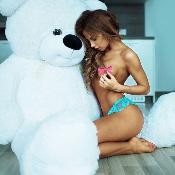 Красивые девушки с плюшевыми мишками