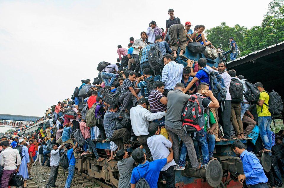 Давка в пригородных поездах в Бангладеш