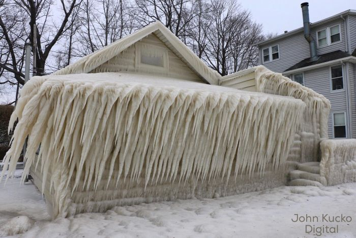 Замерзший дом на берегу озера Онтарио в США