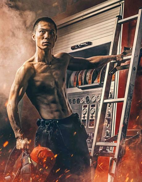 Китайские пожарные снялись в фотосессии для календаря