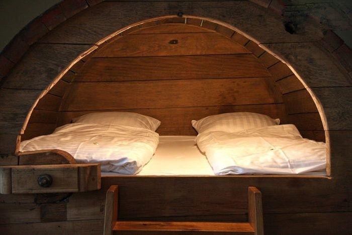 Кровать в пивной бочке