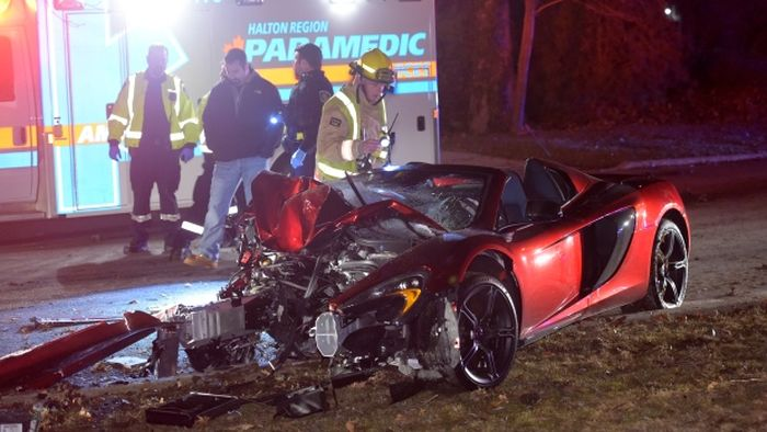 Лихач разбил суперкар McLaren о трансформатор