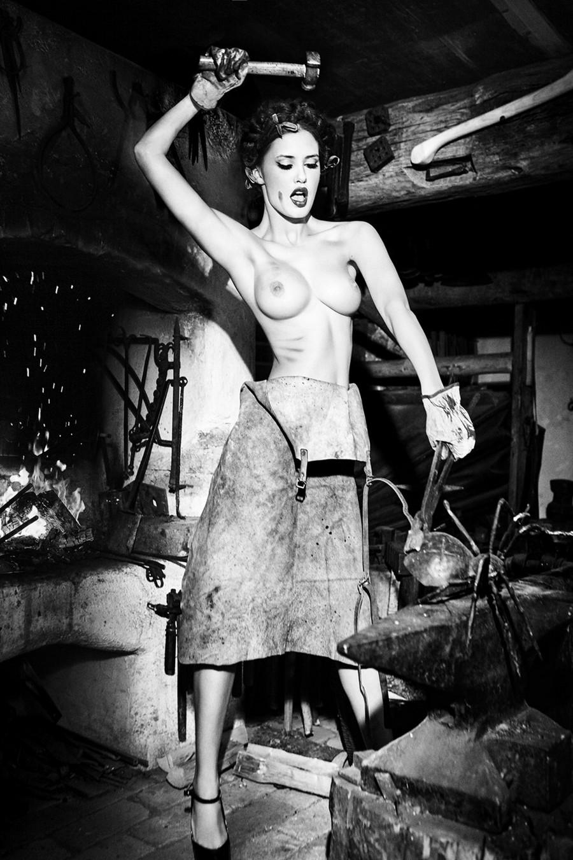 Баварские фантазии в эротических фотографиях Эллен фон Унверт
