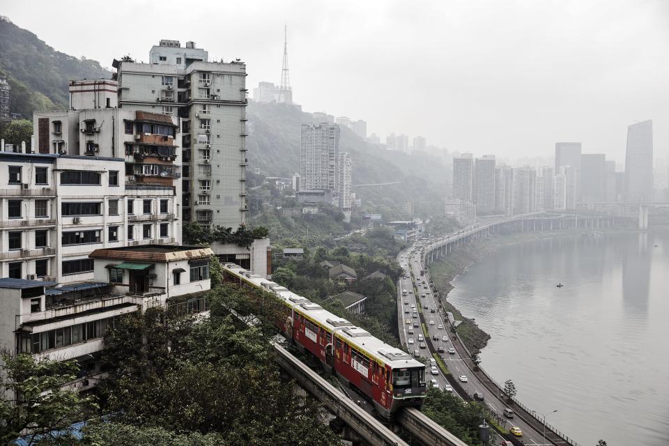 В Китае поезд проезжает прямо через жилой дом