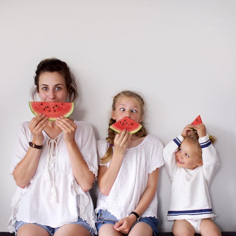 Мама и дочки в одинаковых одеждах