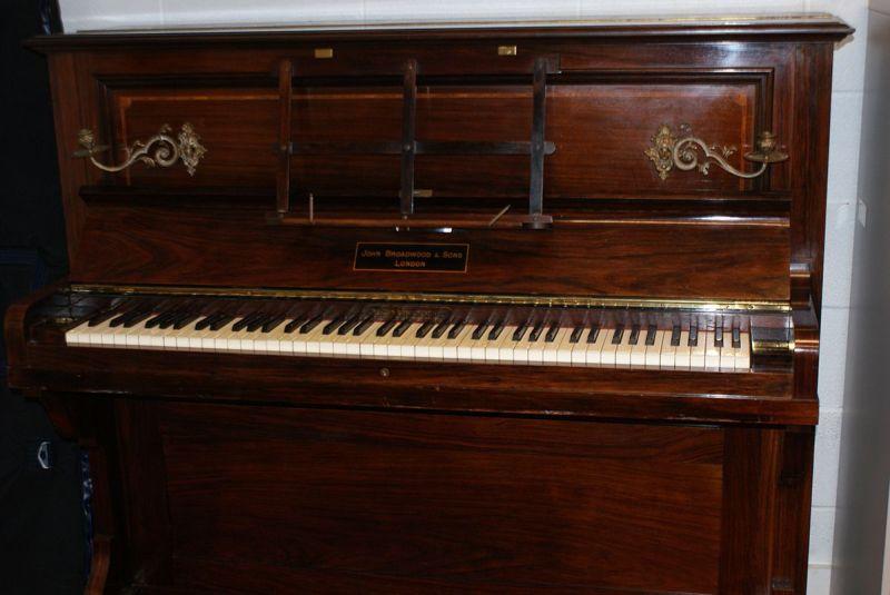 Мешочек с монетами в старом пианино