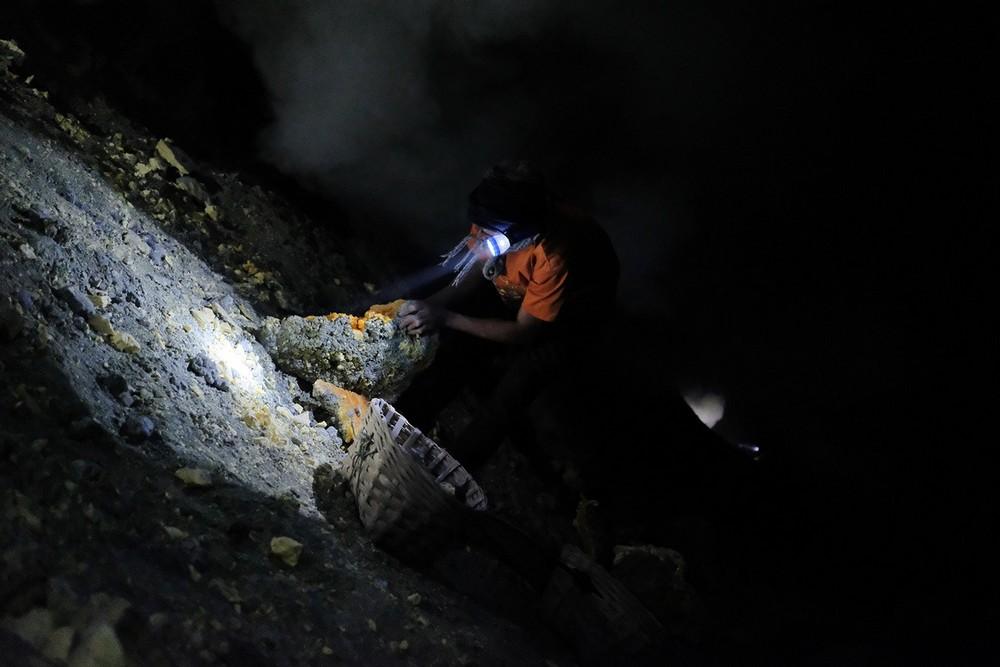 Как добывают серу из кратера вулкана в Индонезии