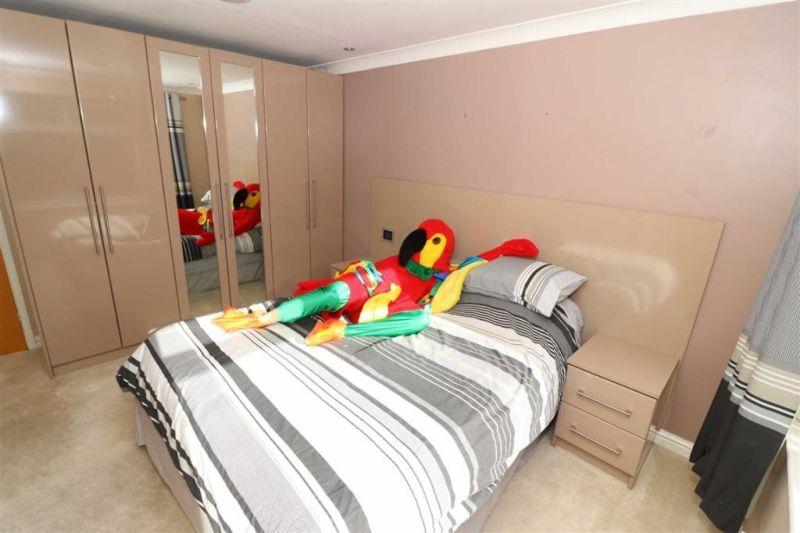 Попугай провел экскурсию по продающемуся дому