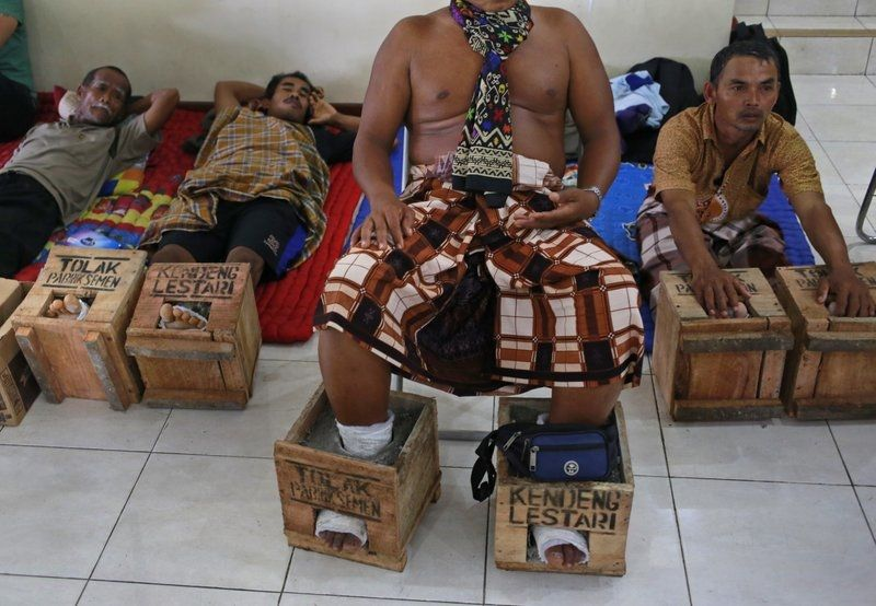 50 фермеров из Индонезии зацементировали себе ноги в знак протеста
