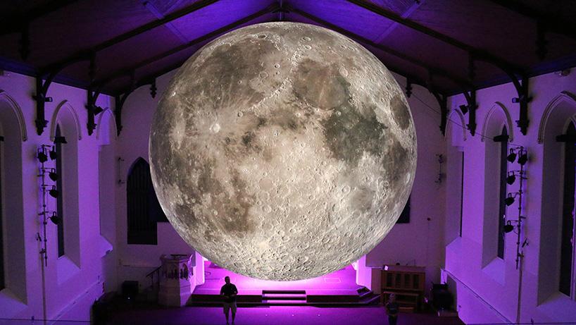 Художник создал точную копию Луны диаметром 7 метров