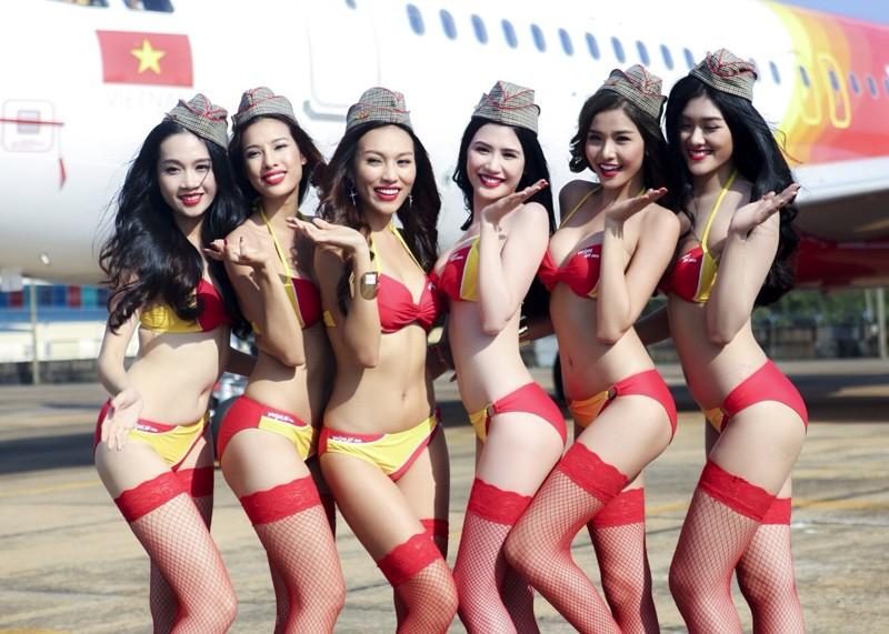 На рейсах авиакомпании VietJet работают стюардессы в бикини