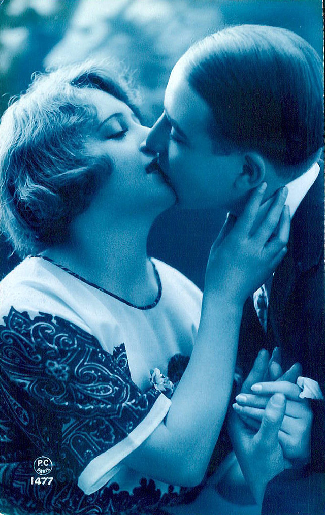 Как романтично целоваться: французские открытки 1920-х годов