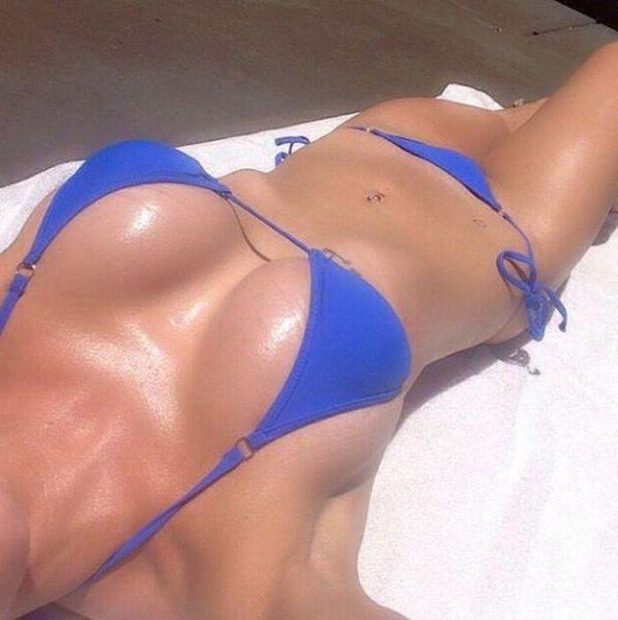 Красивые девушки в купальниках делают селфи