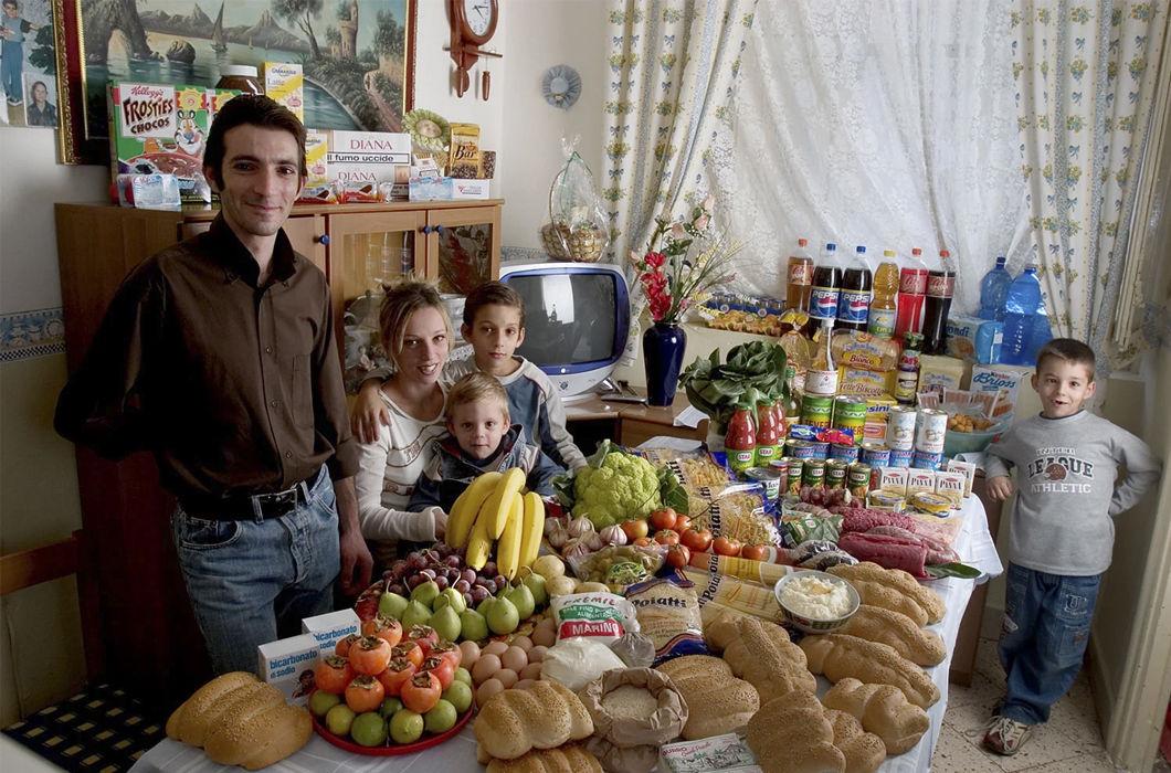 Содержимое холодильников семей разных стран