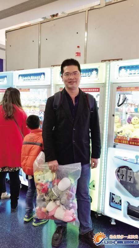 Мастер игровых автоматов вырвал из когтей машин тысячи мягких игрушек