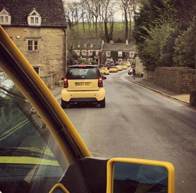 Сотни владельцев желтых автомобилей собрались, чтобы поддержать британского пенсионера