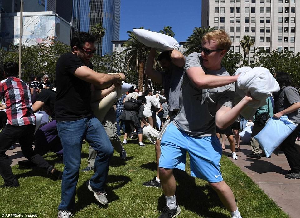 Веселая драка с подушками в США