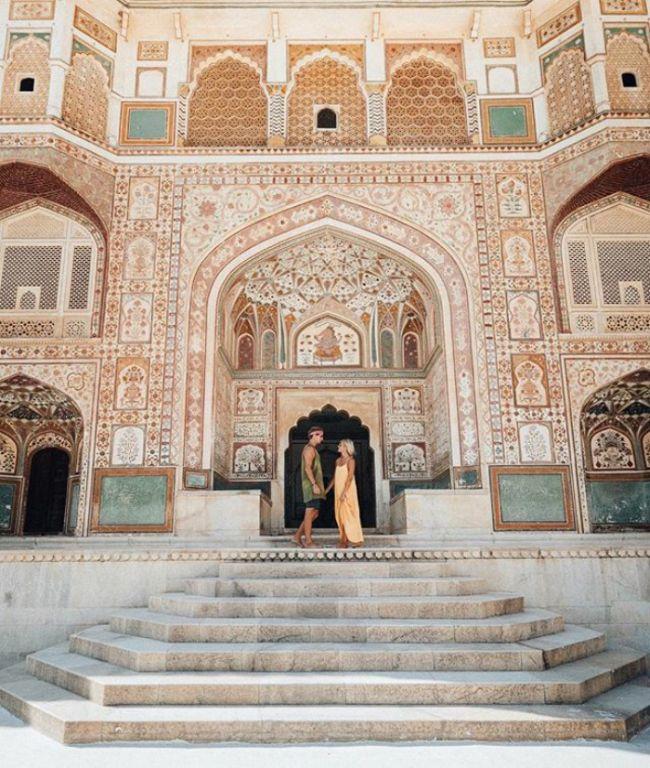 Пара звезд Instagram, зарабатывающая на жизнь путешествиями