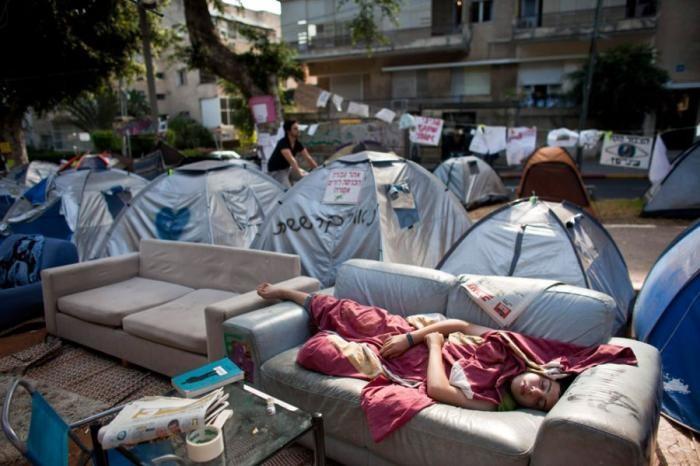 Уставшие люди спят где угодно и в самых невообразимых позах
