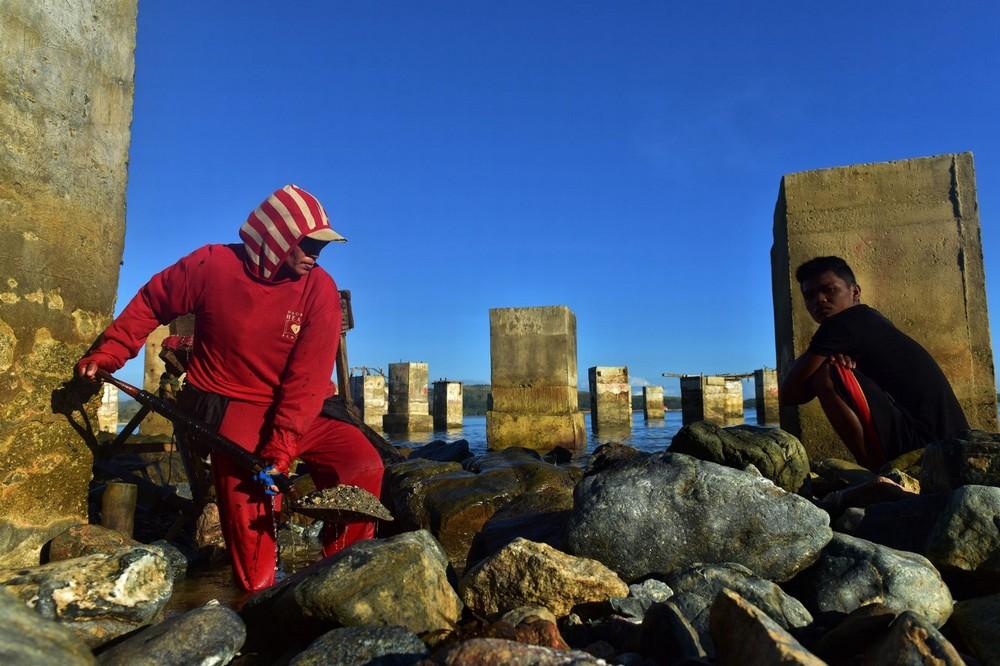 Филиппинские шахтеры ныряют в мутные воды в поисках золота