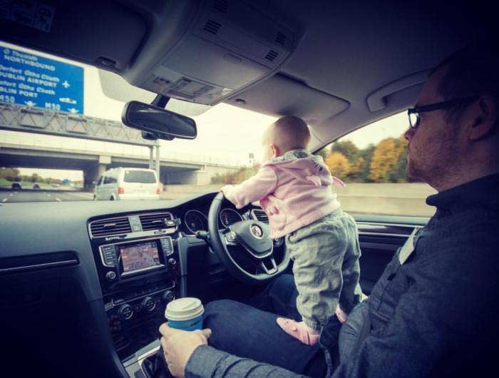 Отец создает снимки маленькой дочери в опасных местах
