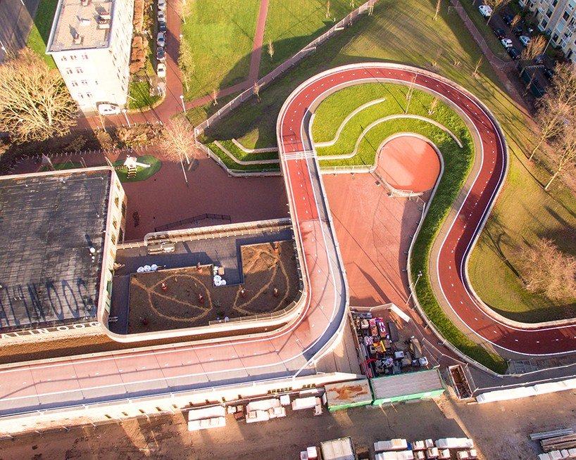 Велосипедный мост в Утрехте, проходящий по крыше школы
