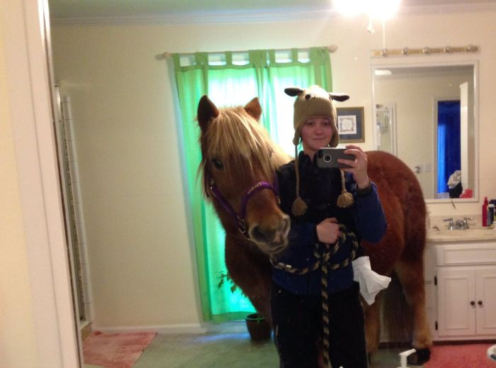 Девушка провела лошадь в родительскую спальню ради селфи